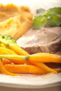 Hovězí kližka vařená v zelenině na celerovém pyré