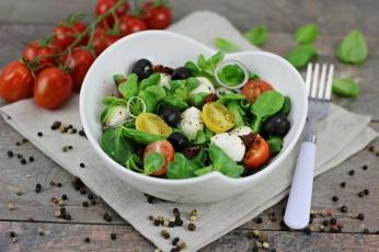Salát z polníčku s rajčaty a mozzarellou