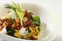 Těstoviny tagliolini se smaženými houbami, špenátem a sušenými rajčaty