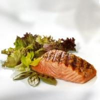 Grilovaný losos se salátem z avokáda, melounu a slunečnicových klíčků