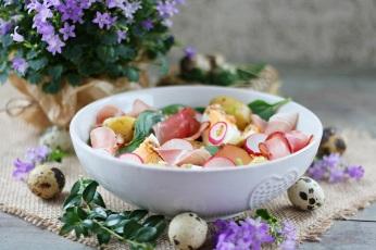Jarní bramborový salát s vejcem a hořčicovou zálivkou