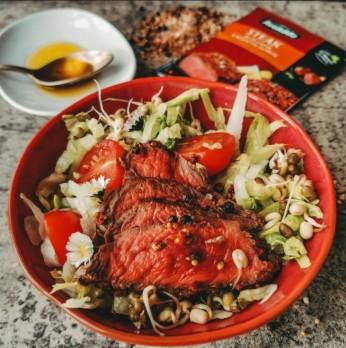 Salát s flank steakem