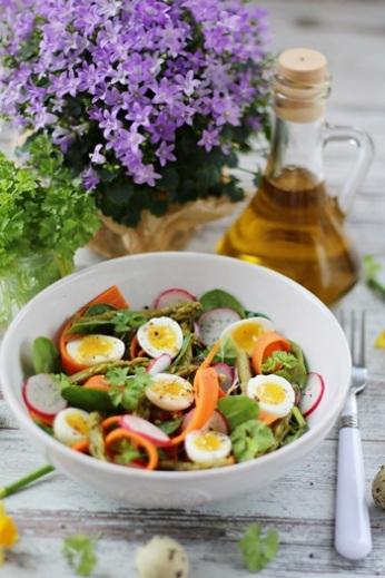 Jarní salátek a vajíčkem a chřestem
